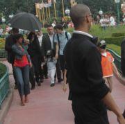 Под зонтиком - Майкл с детьми, июнь 2006г