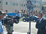 Пресса и публика вокруг мед.центра Калифорнийского университета, 25 июня